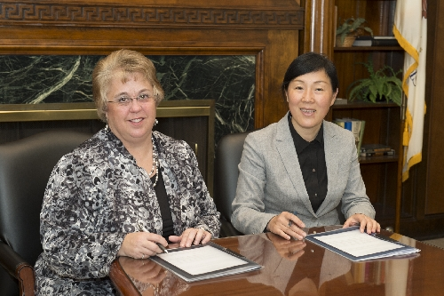 Neumann and Fan sign the MOU between WIU and China Jiliang University.